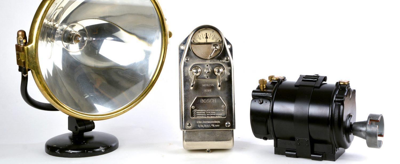 Ein historisches Bosch-Licht mit Scheinwerfer, Reglerschalter und Lichtmaschine. Bild © Unternehmensarchiv der Robert Bosch GmbH