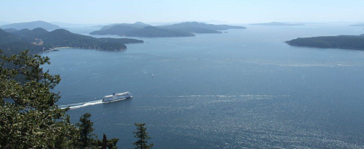 Schon nach einer knappen Stunde mit der Fähre zeichnet sich die Silhouette von Galiano Island ab.