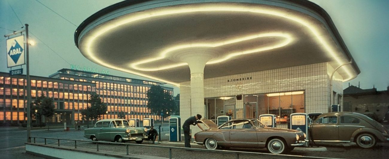 1958: Tanken im Schein der Neonlichter. (Bild: Aral)