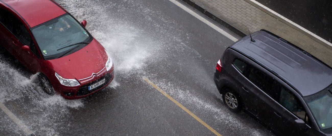 Bei Aquaplaning wird's rutschig – und gefährlich! (Bild: Getty images/CyberKristiyan)