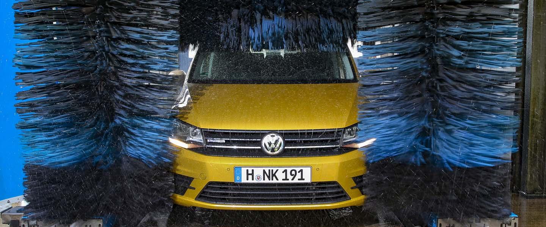 Nach einer Urlaubsfahrt sollte das Auto in der Waschstraße gereinigt werden. (Foto: SP-X )