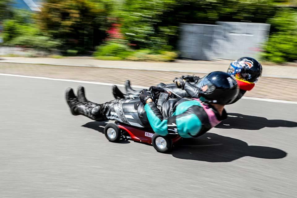 Im Höllentempo rasen die Fahrer im Eins-gegen-Eins die Rennstrecke den Berg herab.