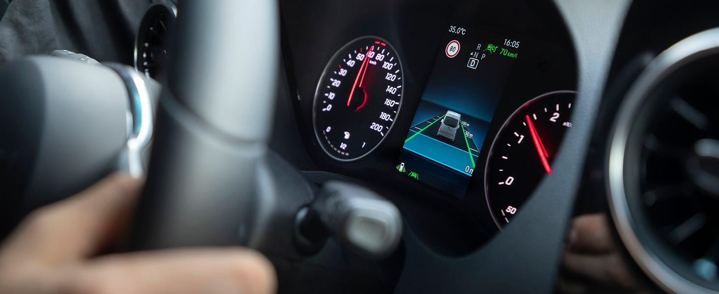 Neue vorgeschriebene Sicherheitssysteme für alle Neuwagen ab 2022, beispielsweise Spurhalteassistent, Unfalldatenspeicher und Schnittstelle für alkoholempfindliche Wegfahrsperre. (Bild: Daimler)