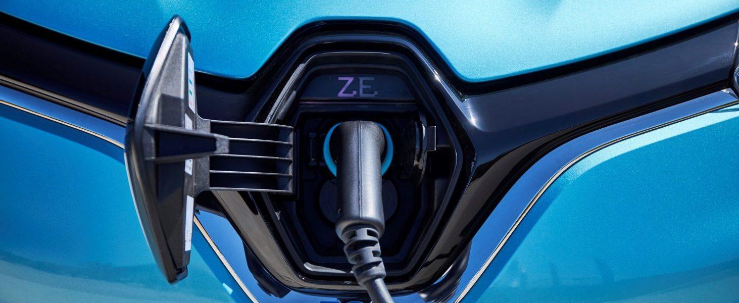 Um den Verkauf von E-Autos anzukurbeln, erhöhen sich künftig Kaufprämie und Zahl der Ladestationen.