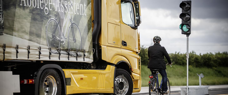 Neuerungen im Straßenverkehr ab 2020: Beispielsweise müssen Lkw mit Anhänger in Deutschland ab 1. Juli 2020 mit einem Abbiegeassistenten ausgestattet sein. (Foto: Daimler)