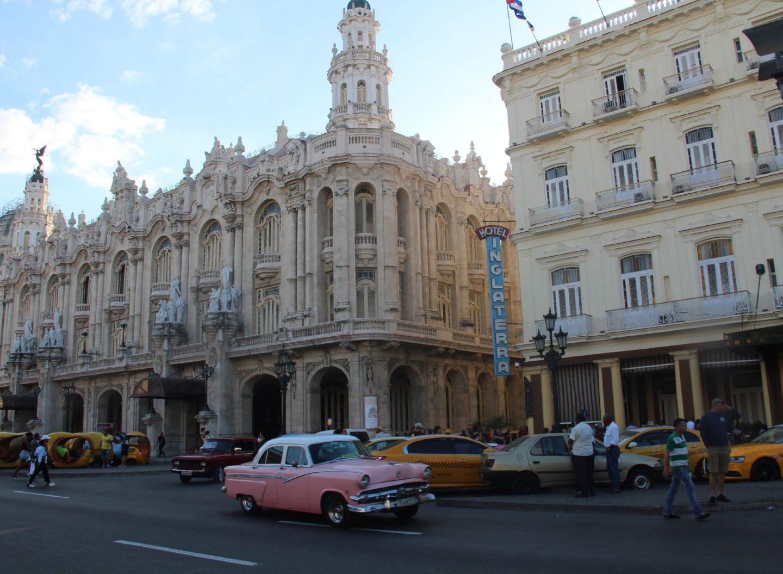 Havanna ist eine lebensfrohe Stadt mit Salsa, Autos und gutem Essen