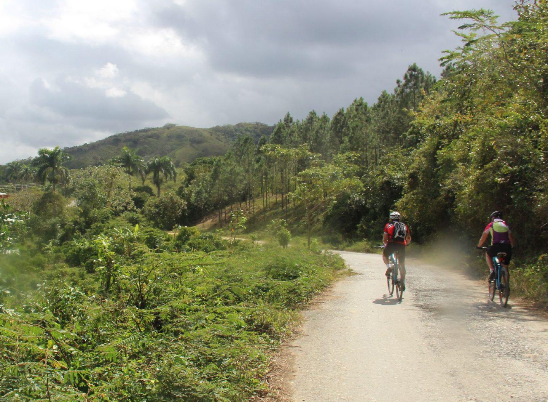Radfahren auf Cuba ist auf staubigen Straßen durchs Landesinnere möglich