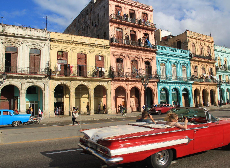 Havanna auf Cuba als Hochburg der Oldtimer und Kolonialstil-Häuser