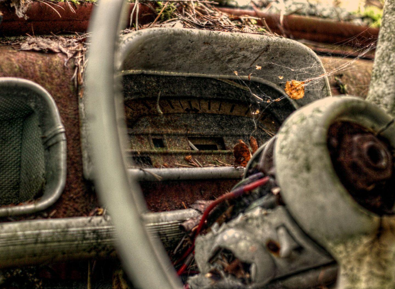 Lenkrad in einem alten rostigen Auto
