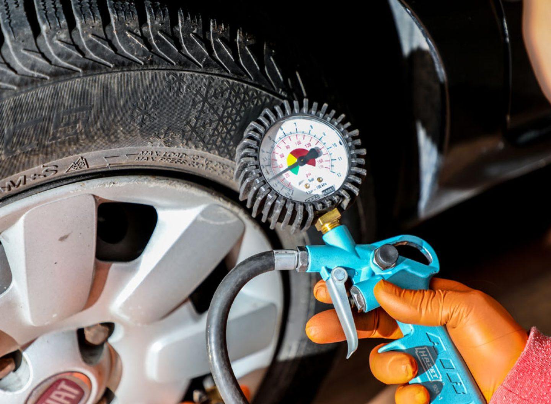 Reifendruck und Zustand der Pneus müssen Autofahrer selbst im Blick behalten.