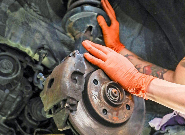 Hinter oder über der Bremse sitzt bei einem Frontantrieb in der Regel ein MacPherson-Federbein.