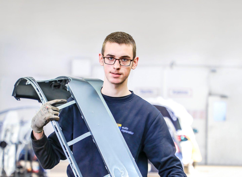 Die Ausbildung zum Karosserie- und Fahrzeugbaumechaniker/in erfordert Muskelkraft, Fingerspitzengefühl und ein Händchen für Naturwissenschaften.