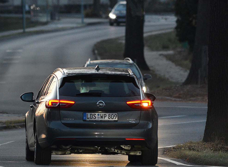 Richtig blinken: Deutsche Autofahrer sind Blinkmuffel. Das belegt eine Studie der Dekra. Vor allem Männer lassen es an Disziplin vermissen.