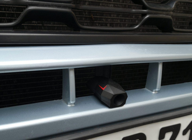 Der 50 Gramm schwere Siren7 Wildwarnmelder wird an der Fahrzeugfront mithilfe eines VHB-KLebers angebracht.