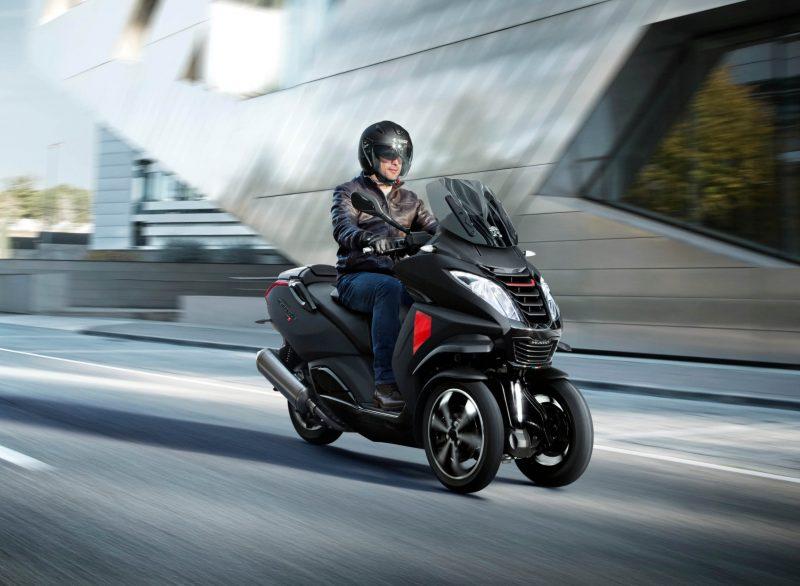 Dreirad-Roller mit breiter Vorderachse gelten als sichere und bequeme Alternative zum herkömmlichen Motorroller – mit ähnlicher Fahrdynamik.