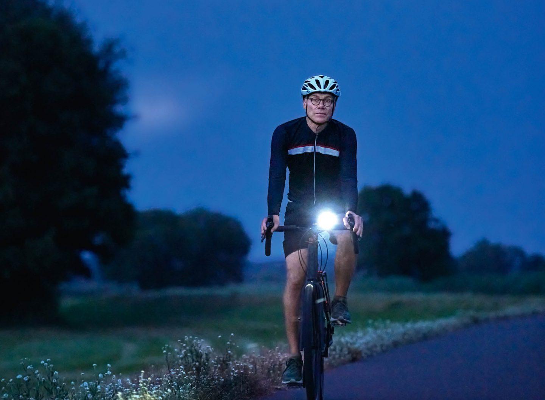 Die Stiftung Warentest zeigt: Auch günstige Fahrradbeleuchtung strahlt hell.