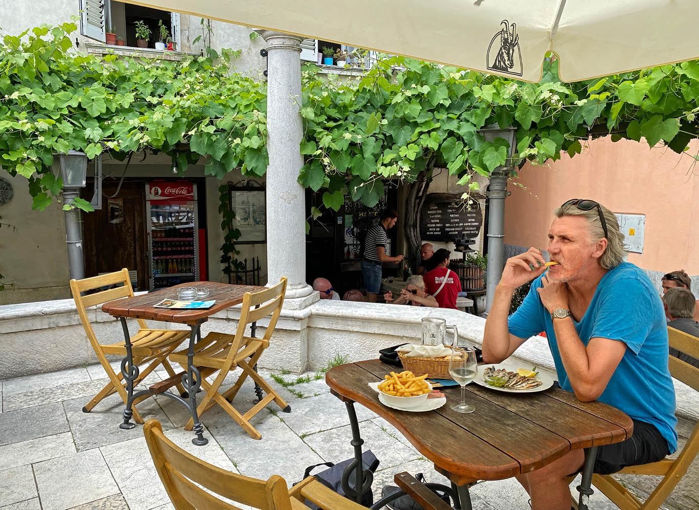 Okrepcevalnica Cantina in Piran: Stärkung unter einem Dach aus Weinreben