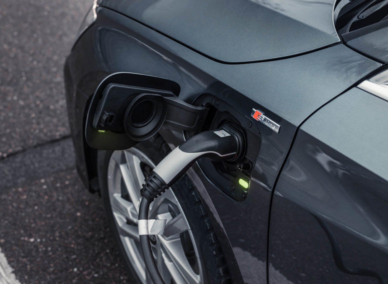 Plug-in-Hybride stoßen deutlich mehr CO2 aus als berechnet.