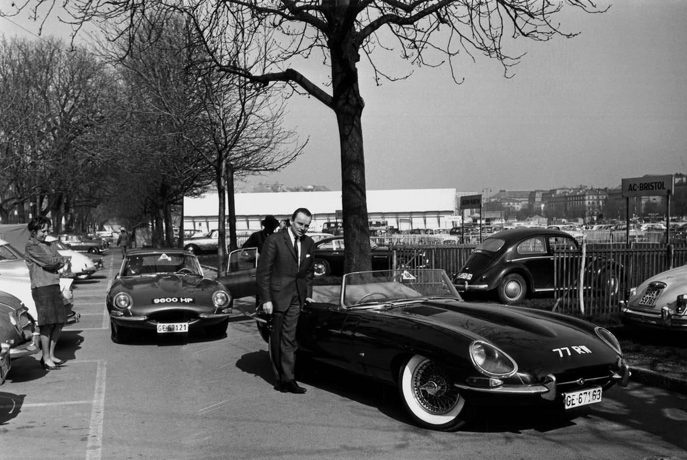 Der Jaguar E-Type 1961 bei einer Probefahrt während Automobilsalons in Genf