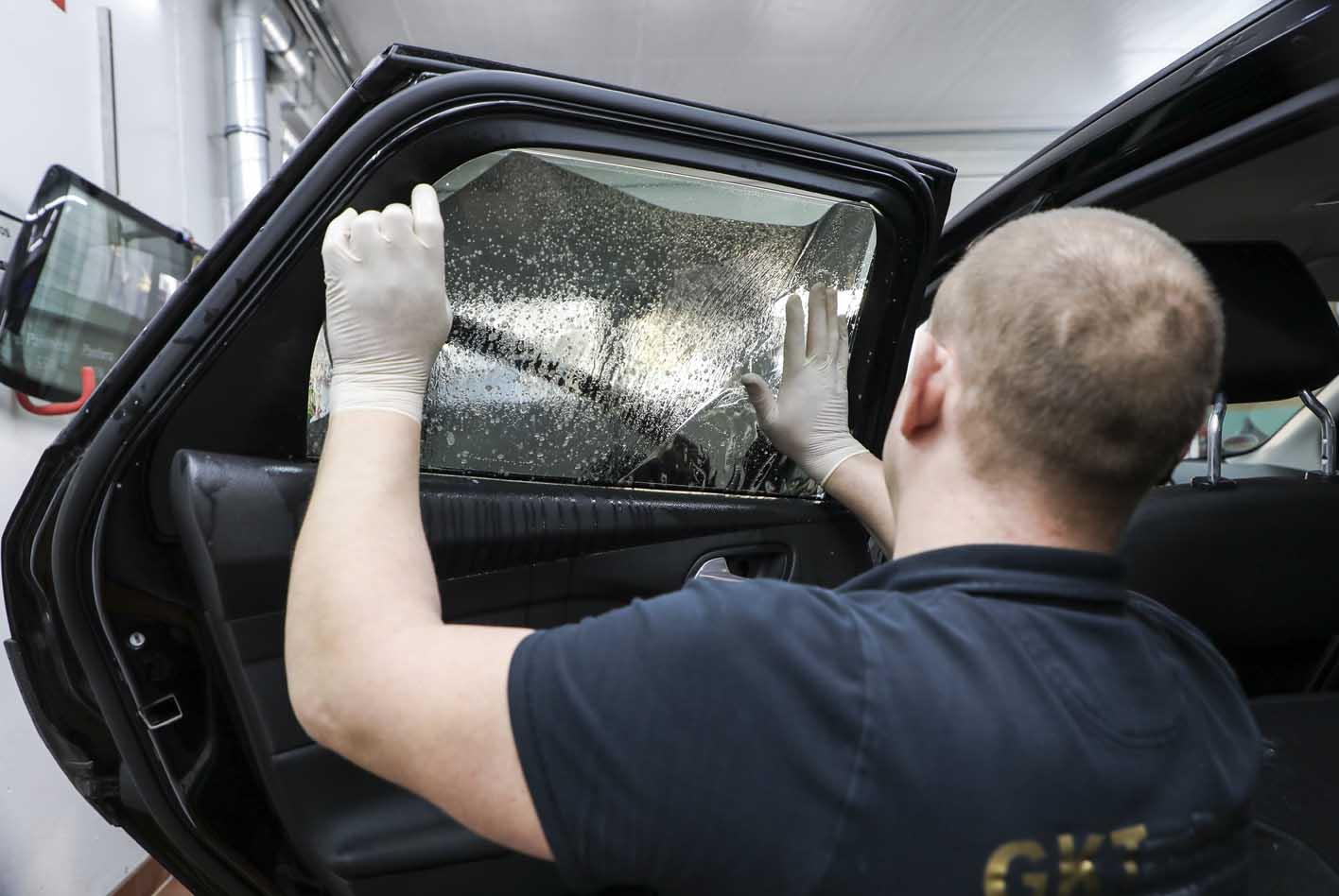 Die Autofolie wird auf der Innenscheibe in die exakte Position gebracht.