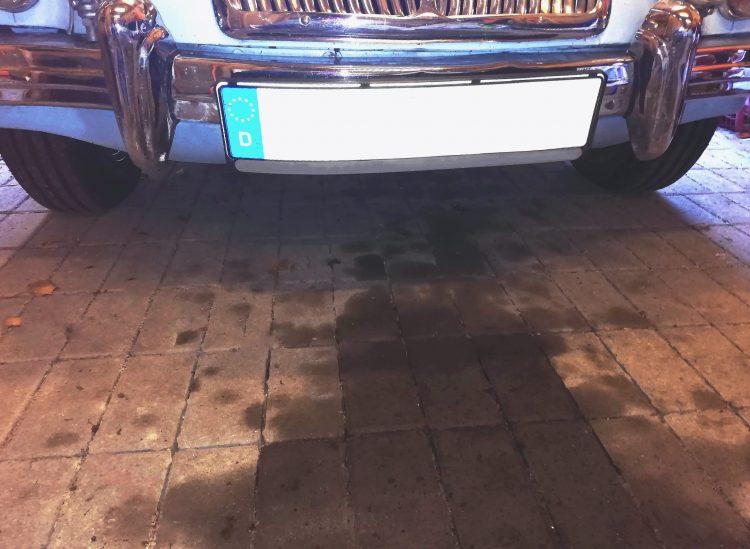 Ölflecken auf dem Garagenboden oder in der Einfahrt sind hässlich und im Zweifelsfall auch umweltschädlich.