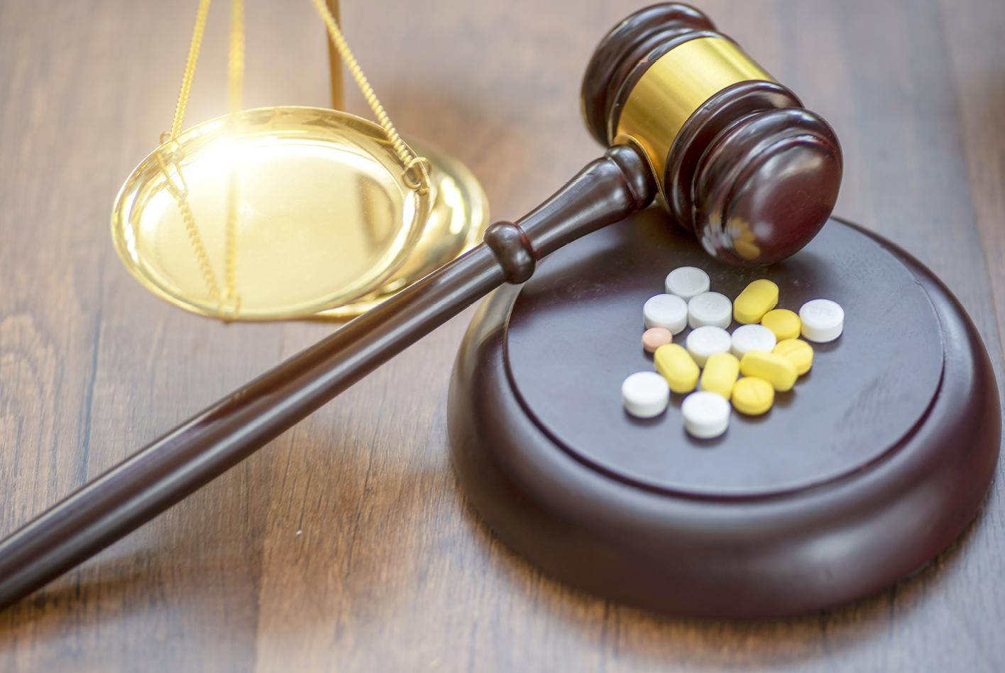 Autofahrten unter Medikamenten- oder Drogeneinfluss können zum Entzug der Fahrerlaubnis führen.