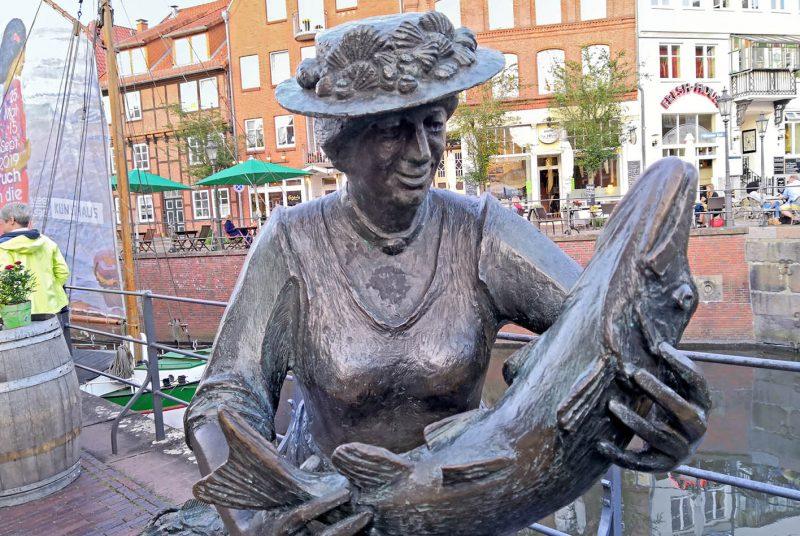 Die Skulptur am Fischmarkt erinnert an die Fischfrauen von damals