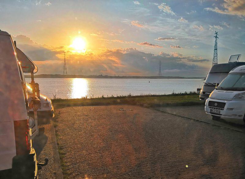 Wohnmobile an der Elbe bei Sonnenuntergang