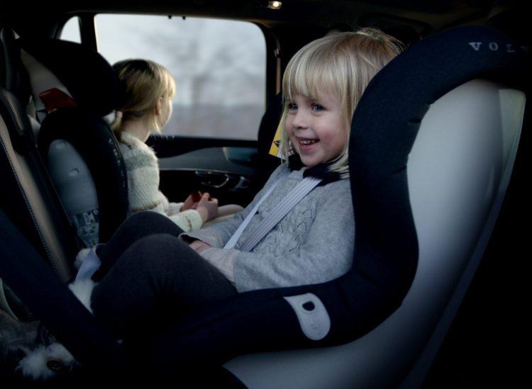 Kinder sollten im Auto immer im passenden Sitz Platz nehmen. (Foto: Volvo)