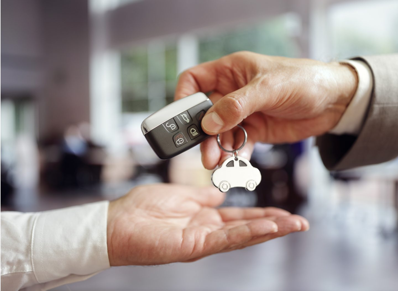 Mietwagen bedeuten Mobilität, doch in den Verträgen lauern oft versteckte Kosten. Von Versicherung bis Tankregelung: Mit diesen Tipps steht der (Urlaubs-)Fahrt nichts mehr im Wege. Bild: Adobe Stock/Brian Jackson
