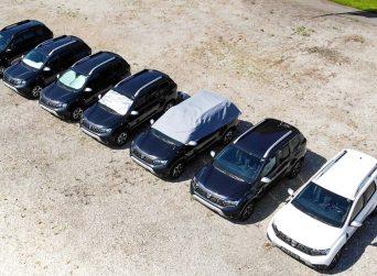 Autos stehen in der Sonne mit Sonnenschutz