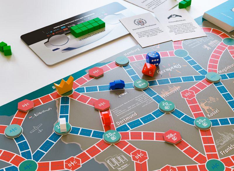 """Beim neuen Brettspiel """"E gewinnt"""" fahren jung oder alt elektrisch um die Wette und lernen dabei spielerisch den Zusammenhang zwischen Akkugröße, Energieverbrauch und Ladeleistung kennen."""