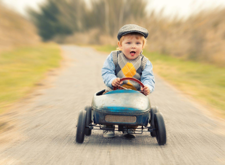 Die Zeit rast. Und schnell wird aus dem süßen Dreikäsehoch ein junger Mann, der ein echtes Auto fahren möchte.