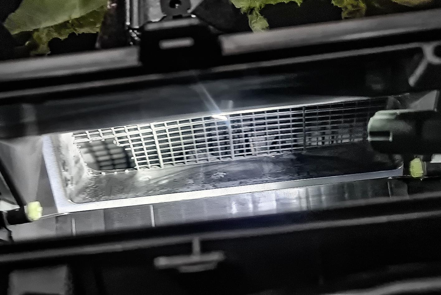 Durch den Lüftungseingang ist die Maus ins Auto gekommen. Sie hat das Gitter durchgebissen.