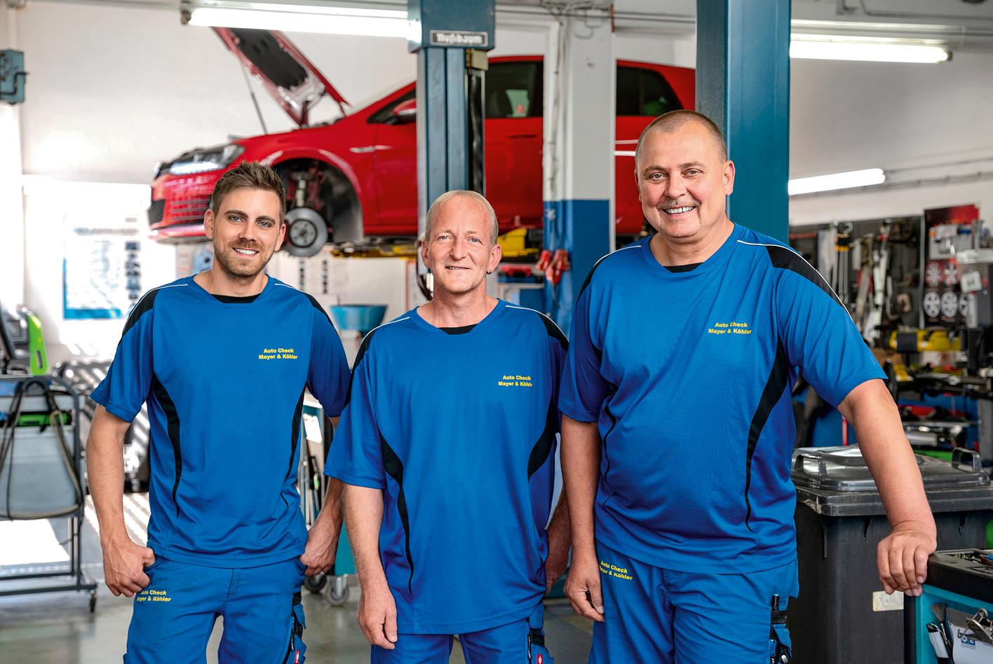 So einem Schaden haben Marcus Mayer (von rechts), Joachim Köhler und Ronny Berthold noch nicht in ihrer Werkstatt gesehen.